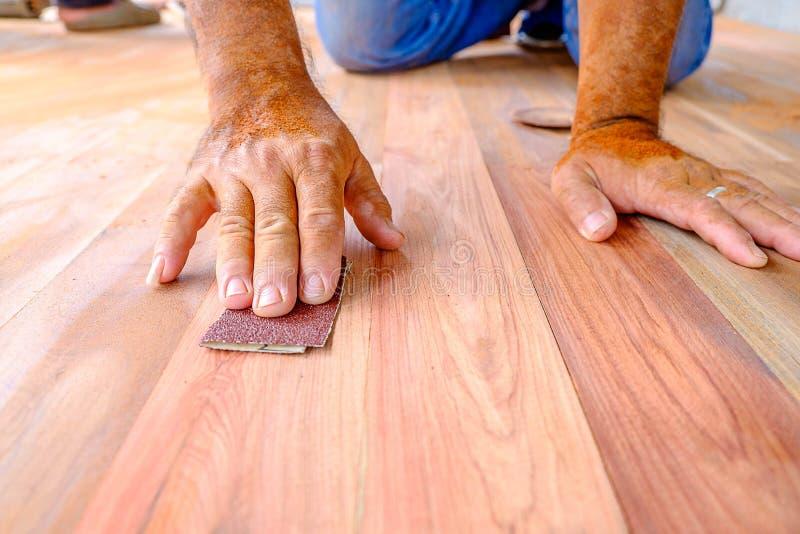 Le papier sablé frottent le bois photographie stock