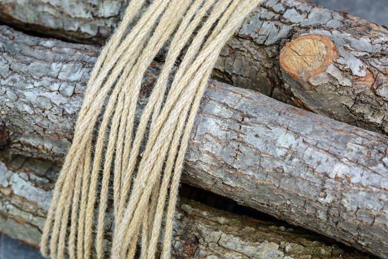 le paquet de bois de chauffage a attach une corde l 39 arri re plan photo stock image 74773380. Black Bedroom Furniture Sets. Home Design Ideas