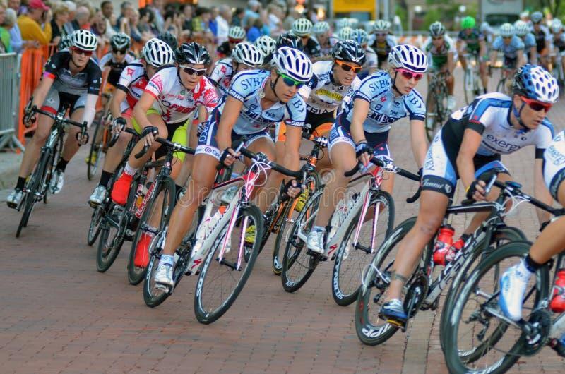 Le paquet de femmes vont à vélo des coureurs de critère images libres de droits