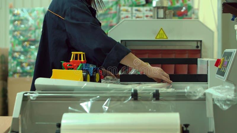 Le paquet Toy Tractor des enfants de femme en polyéthylène et l'envoie image libre de droits