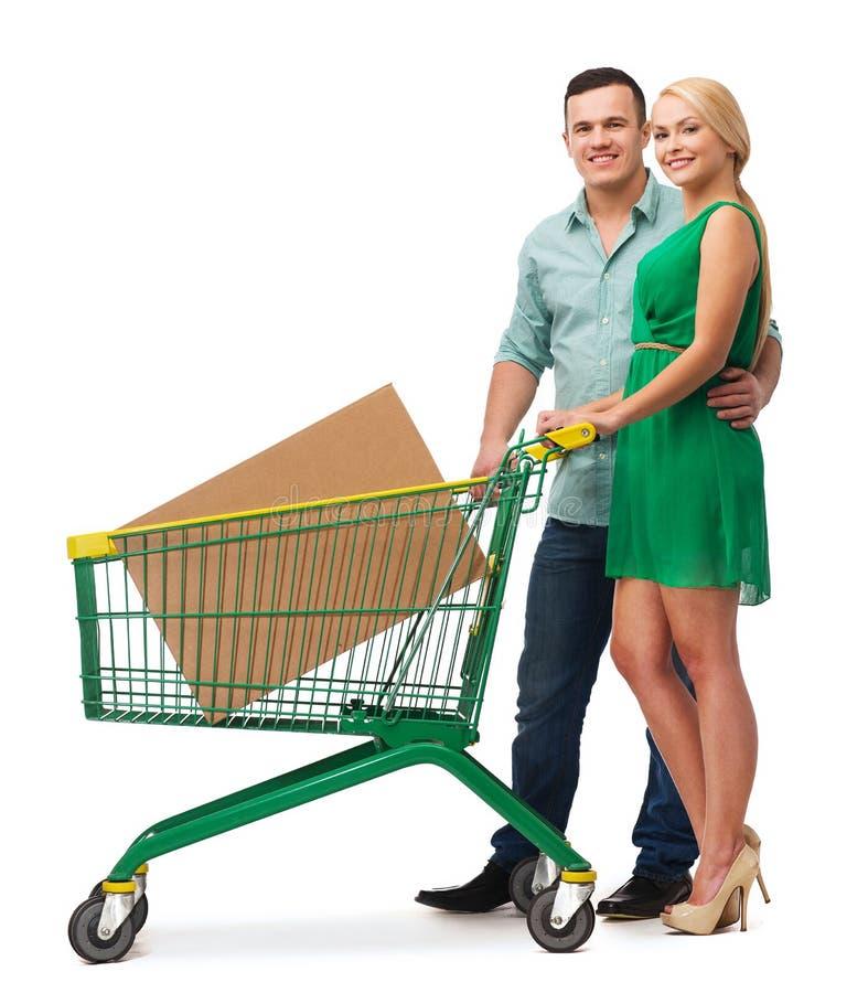Le par med shoppingvagnen och den stora asken royaltyfri foto