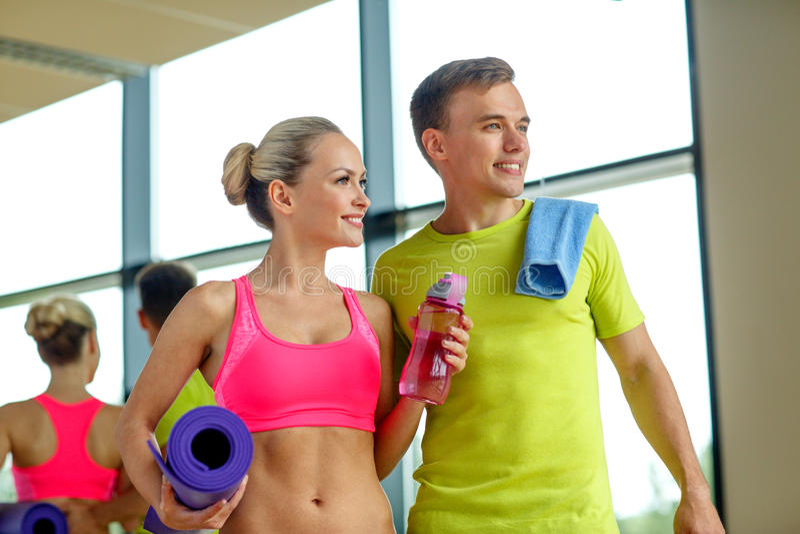 Le par med vattenflaskor i idrottshall royaltyfri foto