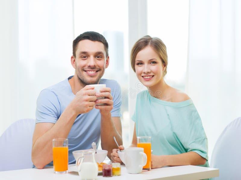 Le par som har frukosten hemma royaltyfri foto