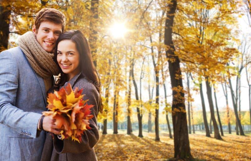Le par som kramar i h?st, parkera royaltyfria bilder