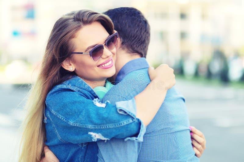 Le par som skrattar och kramar i stad arkivbild
