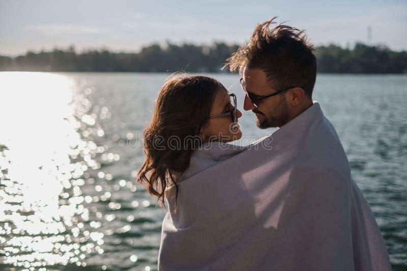 Le par som täckas med filten av floden arkivbild
