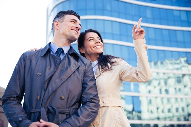 Le par som utomhus ser upp på något arkivbilder