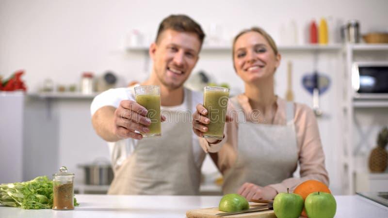 Le par som visar grönsakcoctailen, bantar den sunda livsstilen, vegetarian arkivfoto
