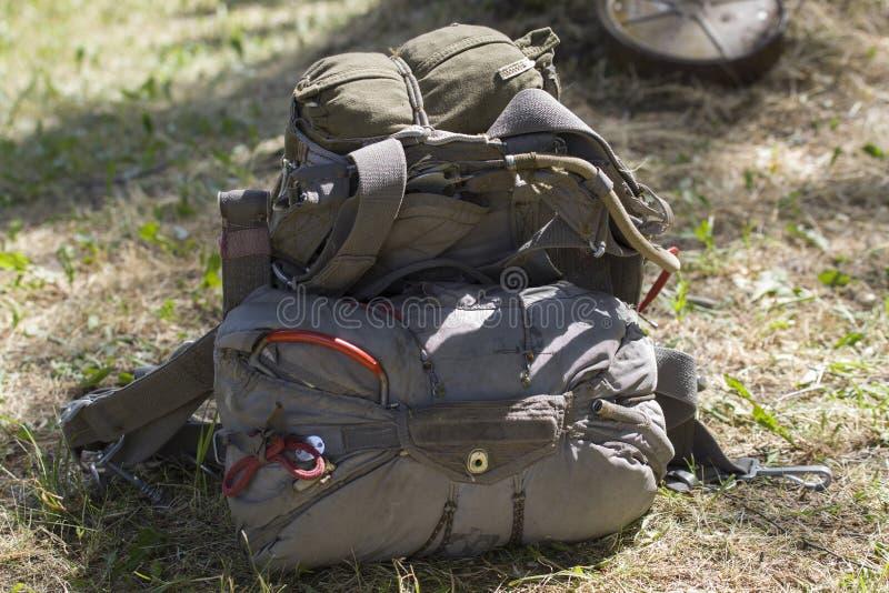 Le parachute assemblé de parachute de canalisation et de réservation se trouve au sol photographie stock