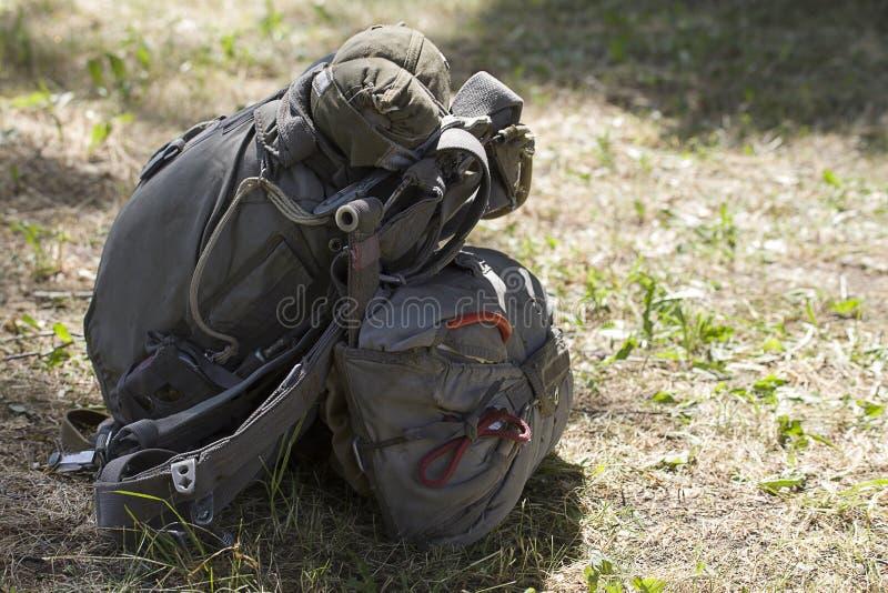 Le parachute assemblé de parachute de canalisation et de réservation se trouve au sol images libres de droits