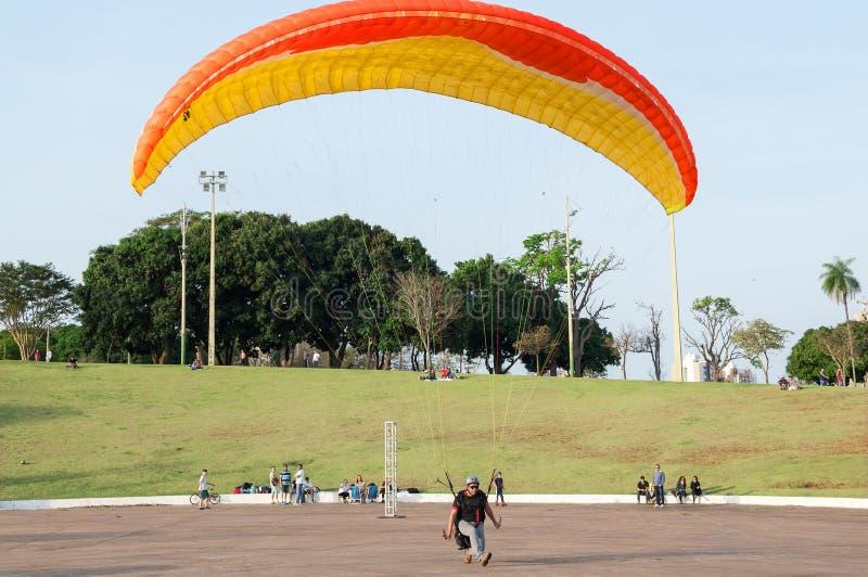 Le parachute débarquant, traning et examiner en parc a appelé Nations parc indigène avec des personnes autour de l'observation photos stock