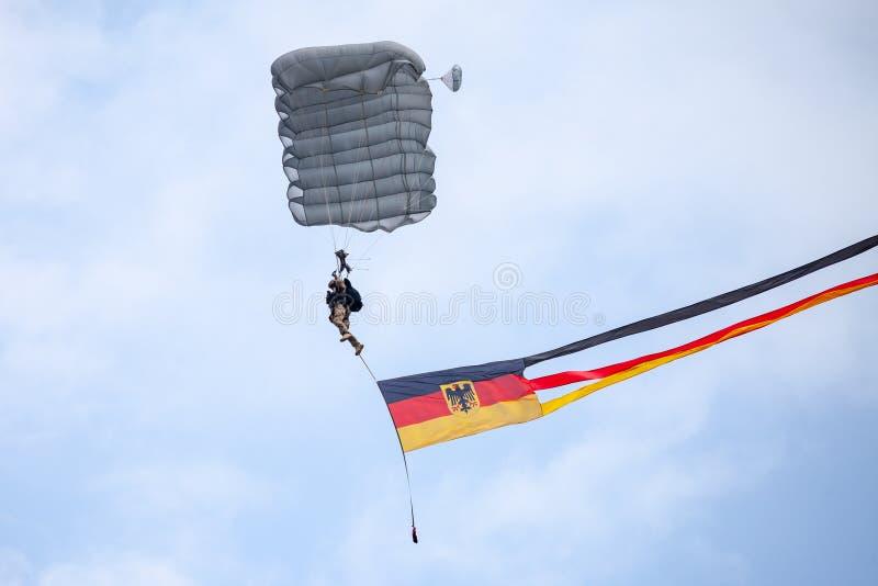 Le parachutiste de Bundeswehr, les forces terrestres de l'Allemagne débarque une journée 'portes ouvertes' image libre de droits