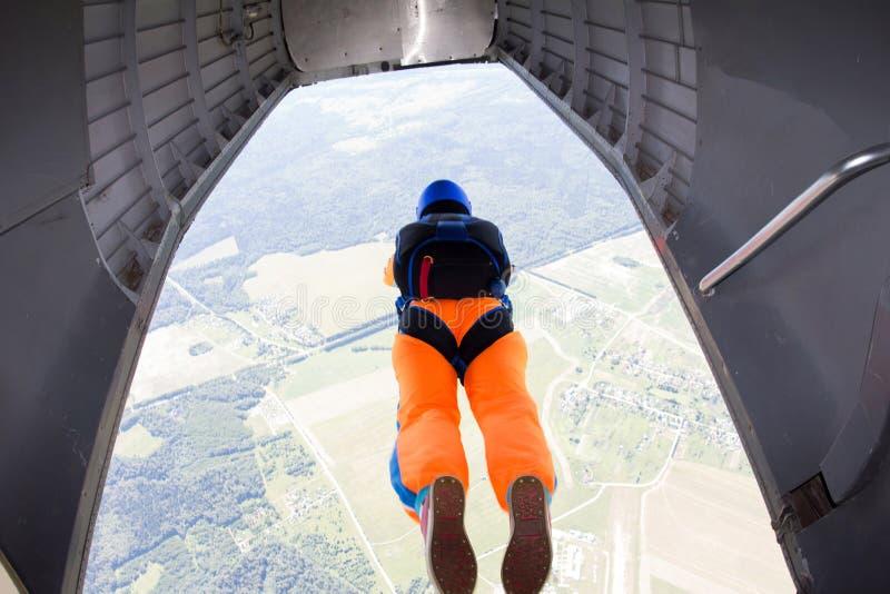 Le parachutiste est sauter d'un avion photographie stock libre de droits