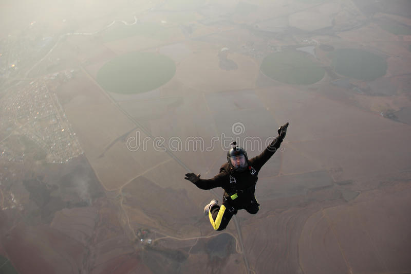Le parachutiste saute d'un avion photo libre de droits