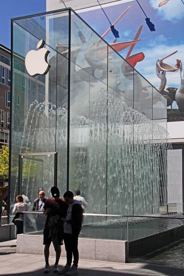 Le parallélépipède en cristal d'Apple Store dans la liberté de place à Milan images libres de droits