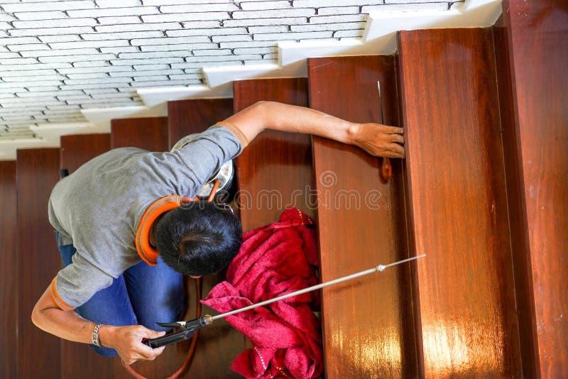 Le parasite/termites commandent les services sur l'escalier en bois dans la nouvelle maison qui ont des signes de termites à l'in photographie stock