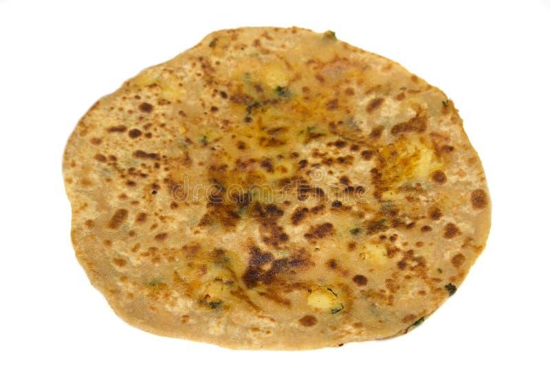 Le paratha bourré par pomme de terre avec le remplissage d'aloo a isolé le fond blanc image libre de droits