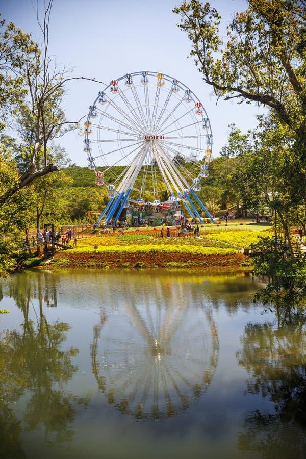 Le parc d'attractions avec des ferries roulent endiguent dedans Bri, Vietnam images libres de droits
