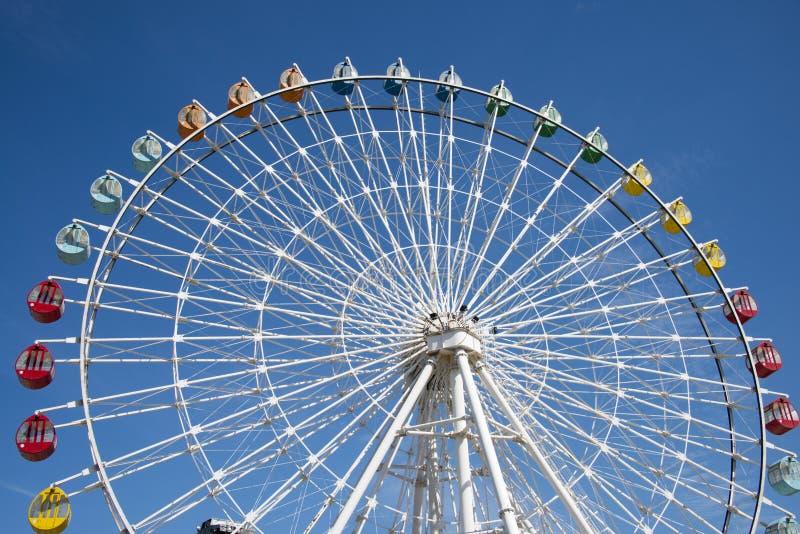 Le parc d'attractions, grande roue images libres de droits