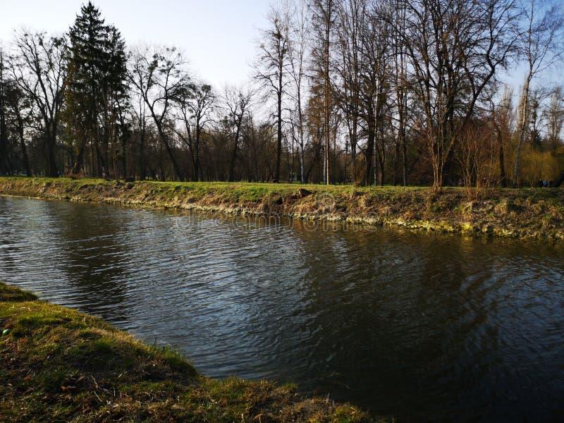 Le parc d'automne, le paysage de la rivière Réflexion du fleuve Park en automne Panorama de réflexion sur la rivière d'automne image stock