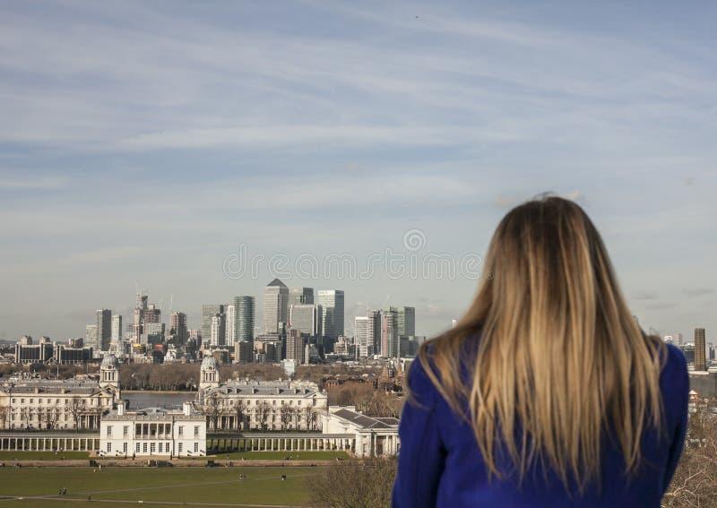 Le parc de Greenwich, Canary Wharf et un touriste photos libres de droits