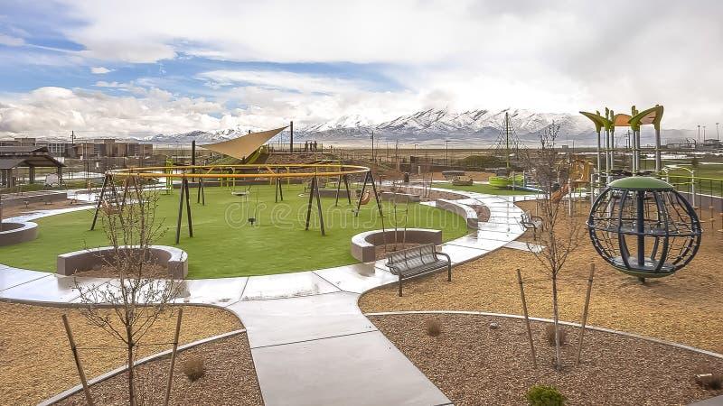 Le parc de panorama avec la vue de la neige éloignée a couvert la montagne sous le ciel bleu et les nuages épais photo stock