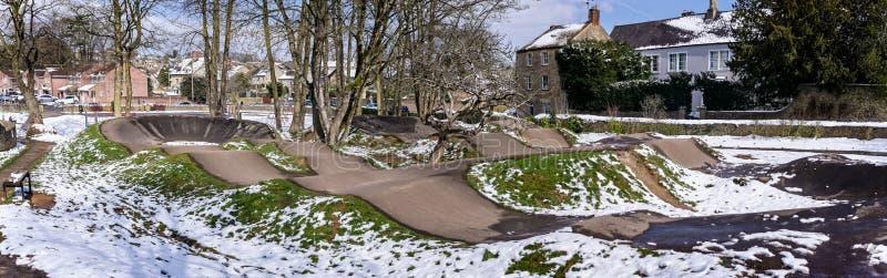 Le parc de planche à roulettes dans Frome a couvert dans la neige images stock
