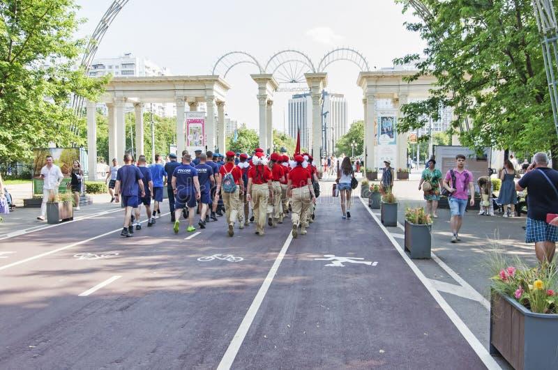 Le parc de Sokolniki avec des personnes et les touristes apprécient le jour des marins de l'armée de marine photo libre de droits