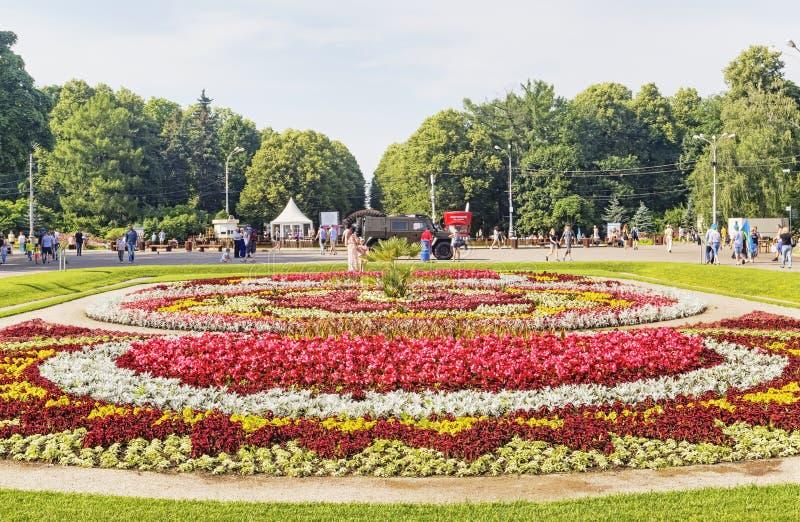 Le parc de Sokolniki avec des personnes, les touristes et les marins de l'armée de marine apprécient le jour d'été images stock