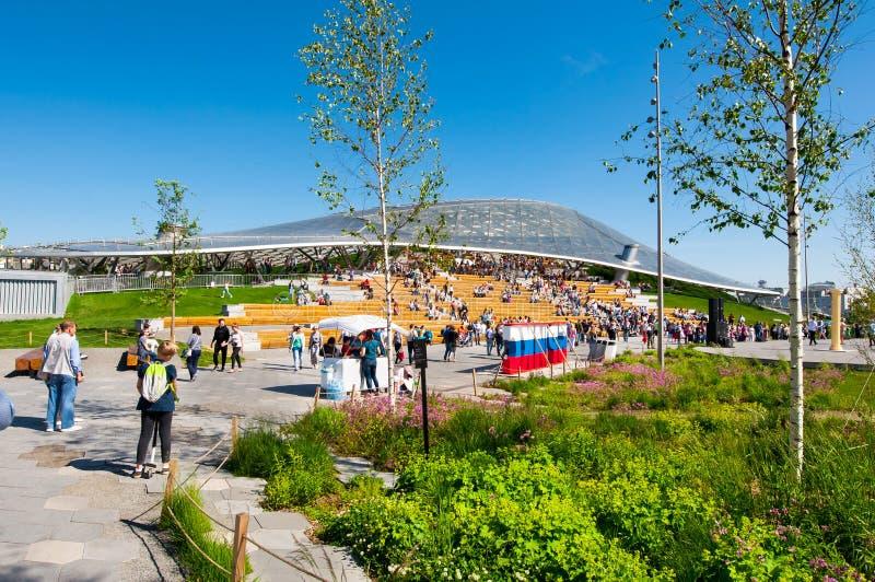 Le parc de Zaryadye et l'amphithéâtre, salle de concert multifonctionnel avec le dôme en verre à l'arrière-plan, les gens appréci photos libres de droits