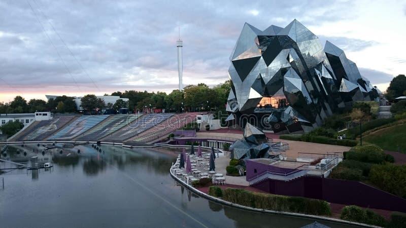 Le parc du futuroscope pendant le coucher du soleil photo libre de droits