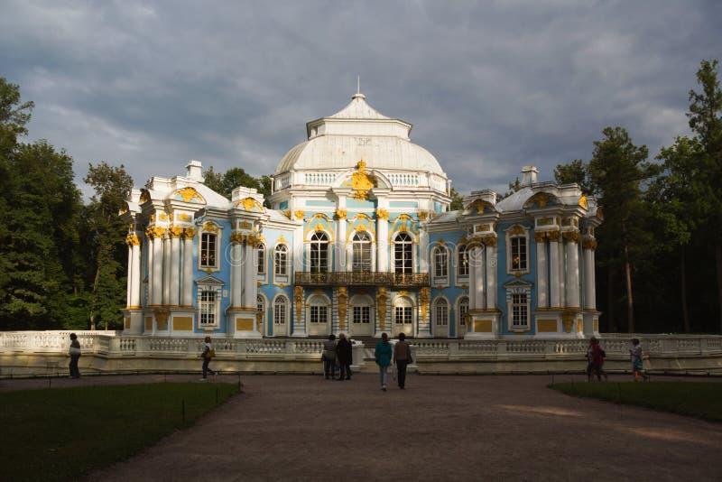 Le parc est un beau vieil ermitage de pavillon photos libres de droits