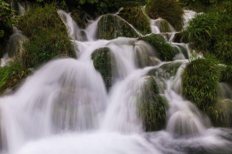 Le parc national de beau et renversant lac Plitvice, Croatie, fin vers le haut de tête sur le tir d'une cascade images stock