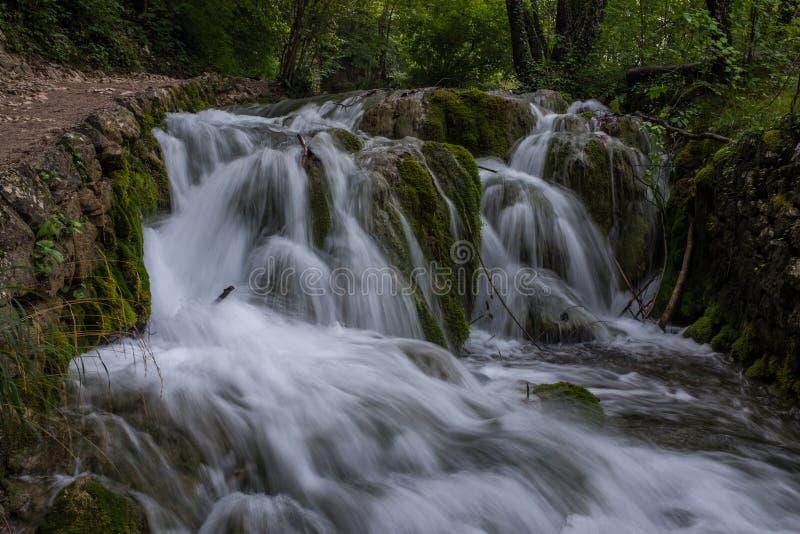 Le parc national de beau et renversant lac Plitvice, Croatie, fin vers le haut de tir d'une cascade avec la large promenade du cô photo stock