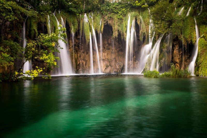 Le parc national de beau et renversant lac Plitvice, Croatie, tir aérien d'une large promenade avec des personnes photographie stock libre de droits