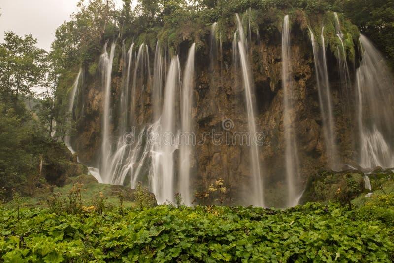 Le parc national de beau et renversant lac Plitvice, Croatie, tir large d'une cascade photos stock