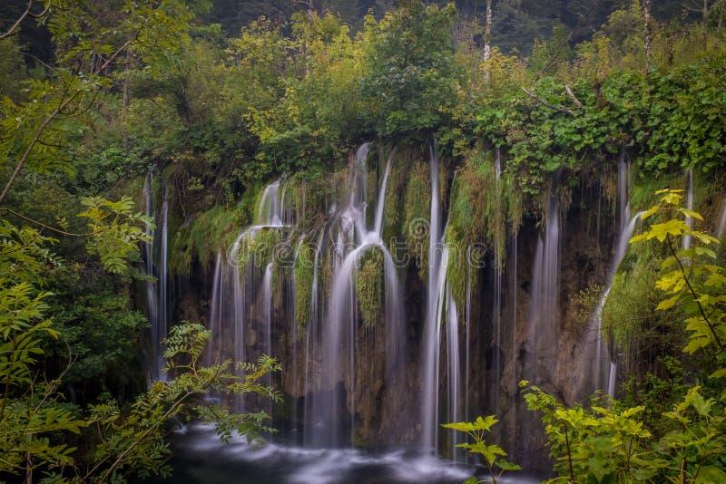 Le parc national de beau et renversant lac Plitvice, Croatie, tir large d'une cascade photographie stock libre de droits