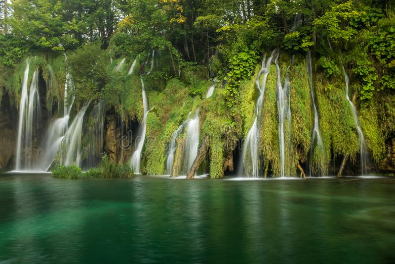 Le parc national de beau et renversant lac Plitvice, Croatie, tir large d'une cascade images libres de droits