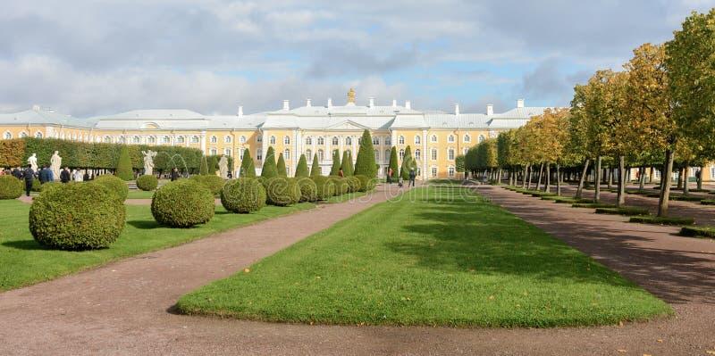 Le parc supérieur a été créé sous le tsar Peter I Il est situé dans Peterhof entre l'avenue de St Petersburg et le Peterhof grand images stock