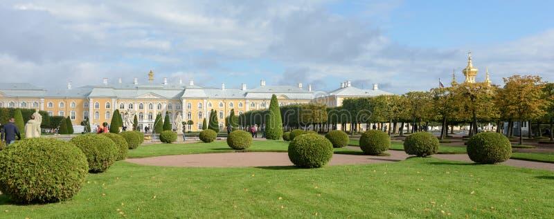 Le parc supérieur a été créé sous le tsar Peter I Il est situé dans Peterhof entre l'avenue de St Petersburg et le Peterhof grand photographie stock