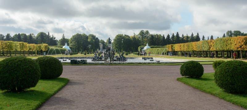 Le parc supérieur a été créé sous le tsar Peter I Il est situé dans Peterhof entre l'avenue de St Petersburg et le Peterhof grand photo libre de droits