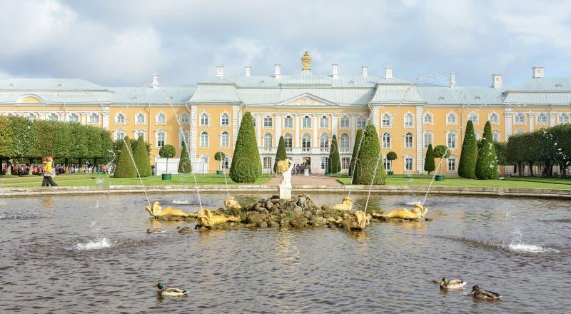 Le parc supérieur a été créé sous le tsar Peter I Il est situé dans Peterhof entre l'avenue de St Petersburg et le Peterhof grand image libre de droits