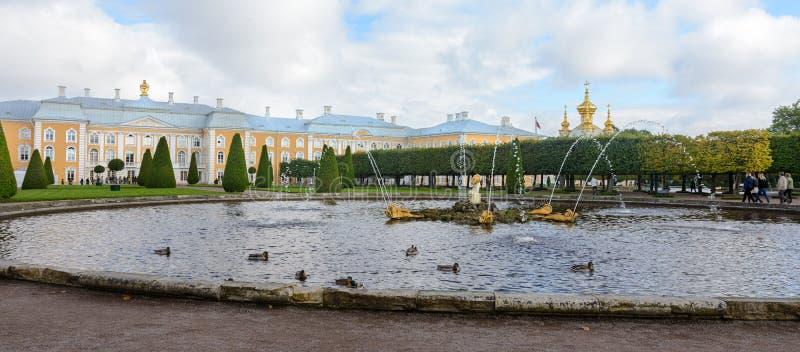 Le parc supérieur a été créé sous le tsar Peter I Il est situé dans Peterhof entre l'avenue de St Petersburg et le Peterhof grand images libres de droits