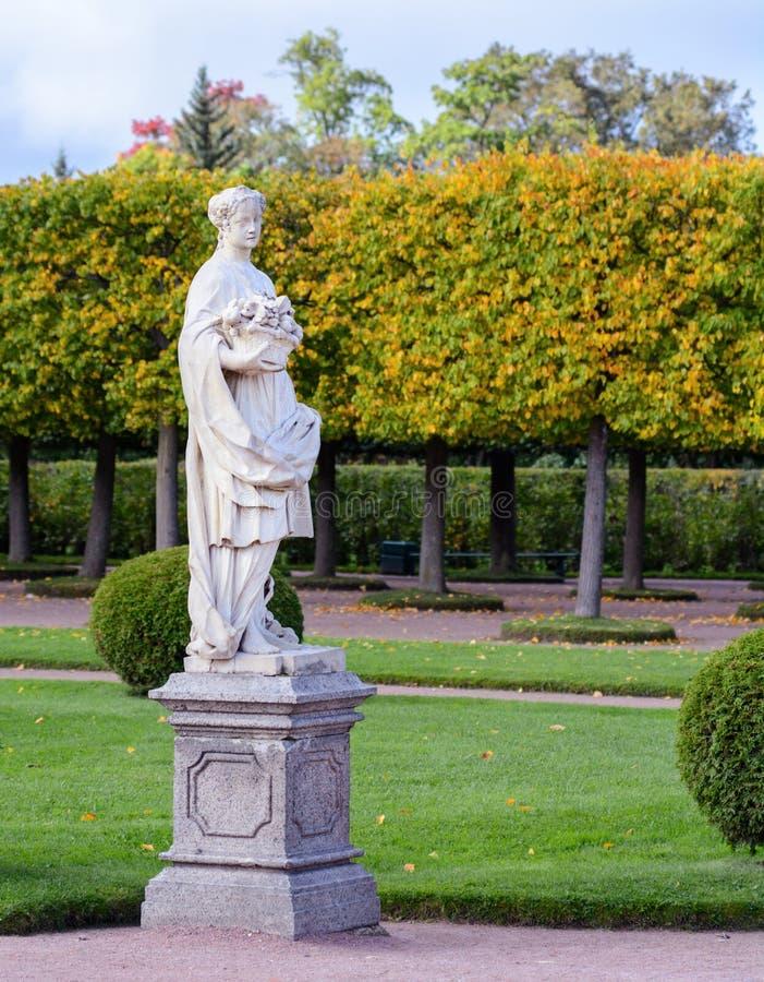 Le parc supérieur a été créé sous le tsar Peter I Il est situé dans Peterhof entre l'avenue de St Petersburg et le Peterhof grand photo stock