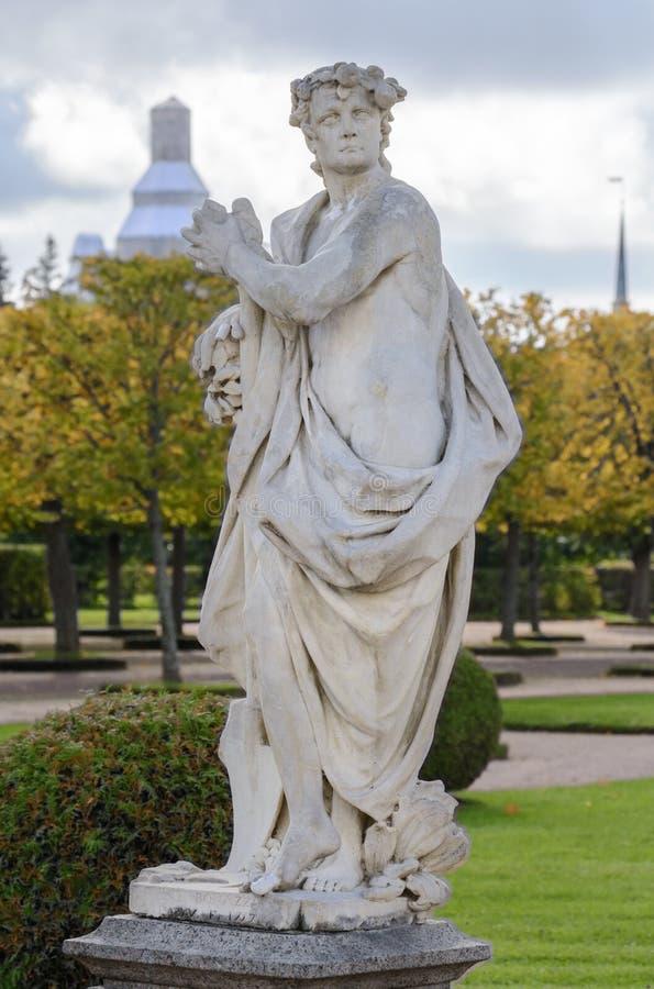 Le parc supérieur a été créé sous le tsar Peter I Il est situé dans Peterhof entre l'avenue de St Petersburg et le Peterhof grand photos libres de droits