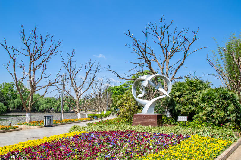 Le parc vert de lac également connu sous le nom de Cui Hu Park est l'un des parcs les plus beaux dans la ville de Kunming photos libres de droits