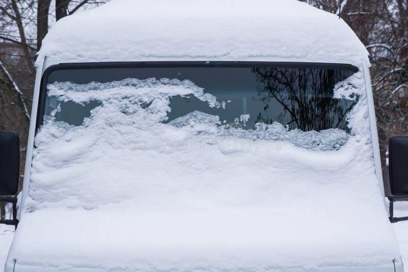 Le pare-brise du minibus congelé est couvert de la glace et de neige un jour d'hiver photographie stock