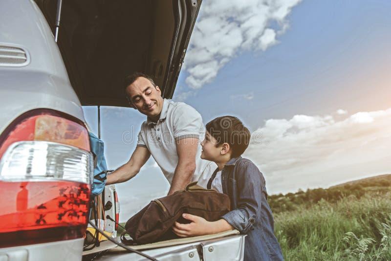 Le parent et le fils gais se préparent au voyage photo stock