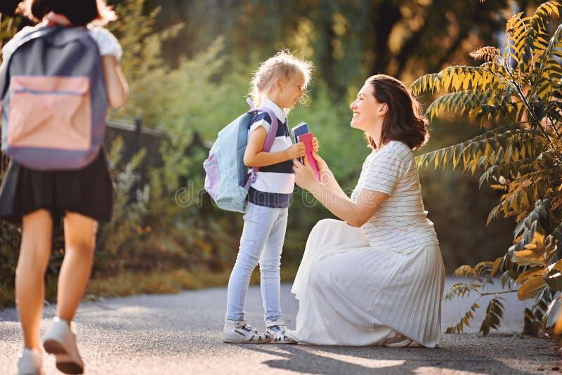 Le parent et les élèves vont instruire photographie stock libre de droits