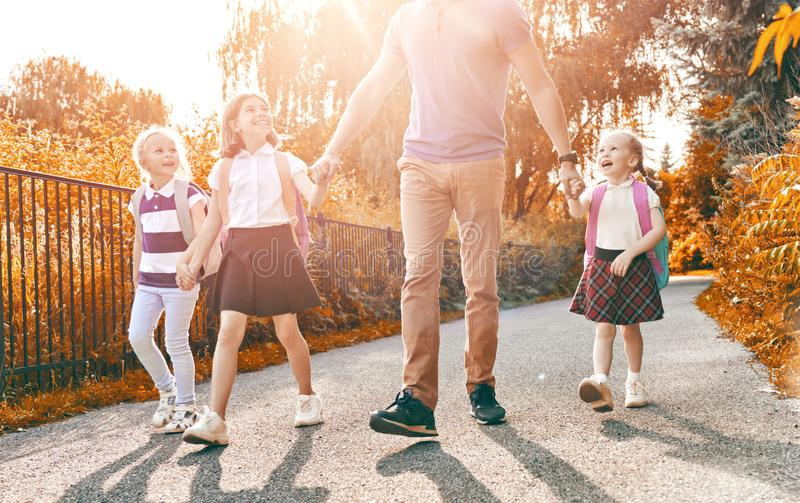 Le parent et les élèves vont instruire photo stock